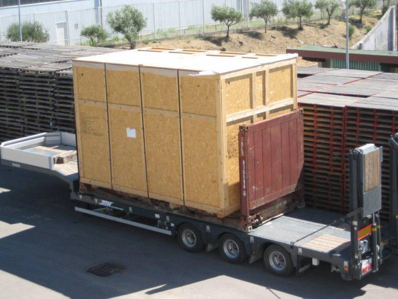 Transport containers sur chassis surbaissé avec twist locks.